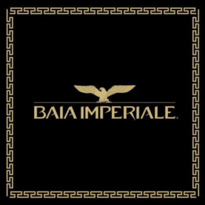 Serata romana alla Baia Imperiale. Arriva il lunedì Toga Party.